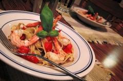Fettuccine piccanti con gamberi e taccole