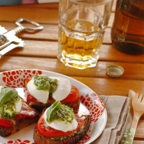 3246-crostini-con-mozzarella-di-bufala-peperoni-e-salsa-al-basilico-14-1416257249